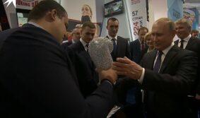 Боксеры, которые прославились в Екатеринбурге, сделали подарок Путину