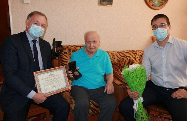 Асбестовое долголетие: ветерану комбината «Ураласбест» вручили награду за 50 лет труда