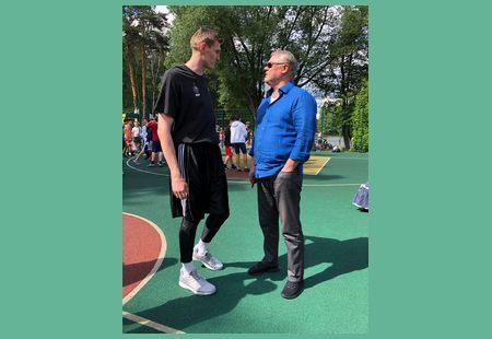Замглавы администрации Балашихи вместе с легендой баскетбола Андреем Кириленко открыли состязание среди дворовых команд