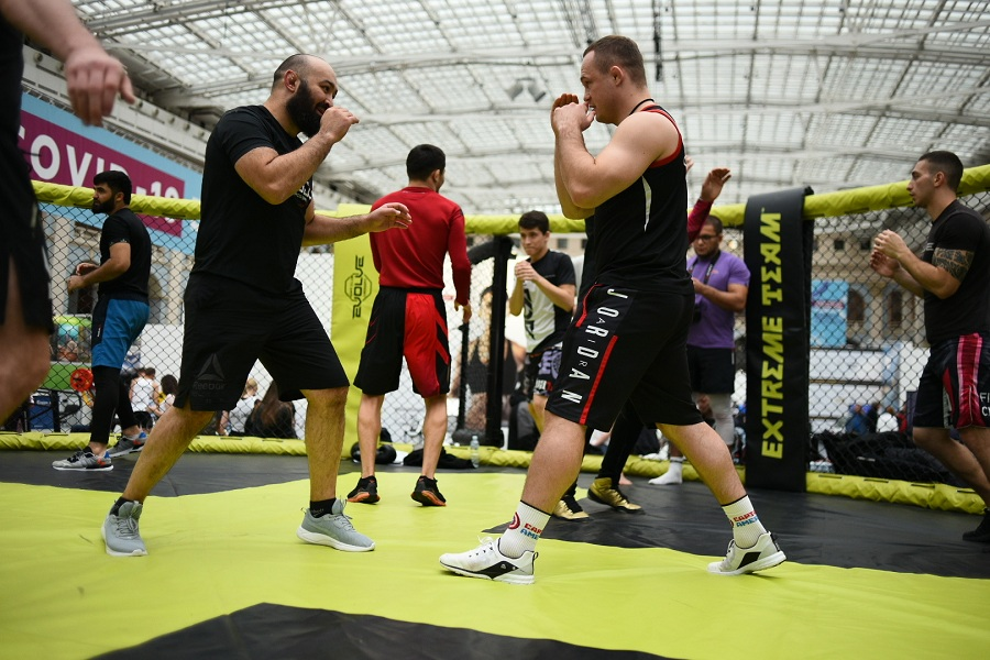 В Москве в Гостином Дворе состоялись мастер-классы и спарринги по смешанным единоборствам