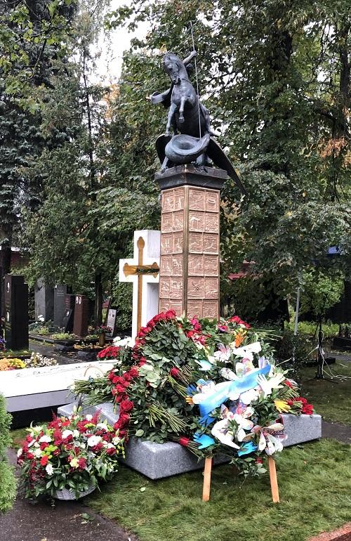 Памятник Юрию Лужкову на Новодевичьем кладбище напоминает о его свершениях и реализованных проектах